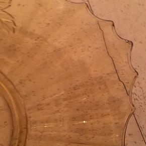 Fransk glasfad med blomster motiv og runde facetter. Mål diameter 35x30cm