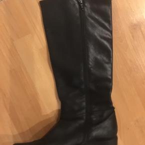 Meget flotte høje læderstøvler, i meget fin stand, de står meget flot på.
