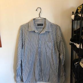 Lækker vintage skjorte - trænger til en tur på strygebrættet men ellers fejler den intet! Size XL men kan også passe en large