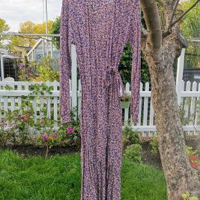 Fin lang, langærmet kjole fra Boii Studio - kun brugt få gange.  Nypris 500