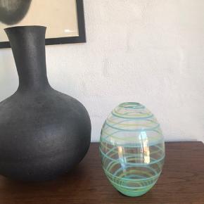 Glasvase med et let udtryk med mint og lyseblå striber. H18