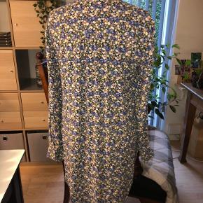 Sød lang bluse fra Pieces, som jeg aldrig har fået brugt. Købt sidste år.   100 % viskose