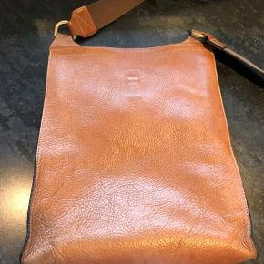 Smuk Antony taske fra Mulberry. Stor model.  Tasken er i flot stand. Hvis flere billeder ønskes, så skriv endelig. Fortrækker afhentning hos mig i Viborg, alternativt måske at mødes.
