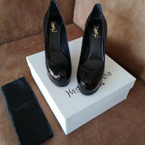 Klassiske YSL tribtoo stiletter i sort lak læder. De er helt nye - aldrig brugt. Str 40 og normale i størrelsen. Utrolig behagelige at have på pga plateau. Modellen hedder tribtoo 80. Æsken er i stykker på den ene side men sko fejler intet. Nypris 595 euro. Mp 1800 kr.