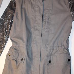 Fin jakke med palietter på armene Kan strammes ind i taljen