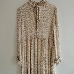 Ganni leopard kjole med flæser på ærmerne og lommer i siderne. Aldrig brugt, kun prøvet på.  Slå til nu - tryk på køb nu knappen Mindste pris - 800 pp