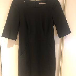 Lækker kjole i en uldblanding, brugt sparsomt. Desværre for lille.