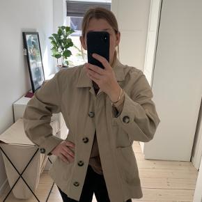 Oversize beige jakke.  Brugt godt.