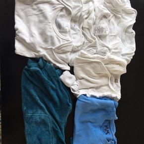 9 dele 6 body 1 body med lange ærmer 1 t shirts blå med lange ærmer 1 par joggin bukser Sender gerne på købers regning Har mobil pay