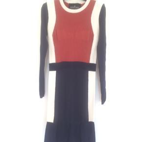 Sporty og smuk kjole, i en behagelig Stretch-syet struktur. Sidder enormt flot på.