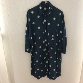 Mørkegrøn skjortekjole med prikker💚