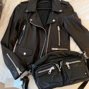 Stadig med prismærke på Nypris 1099,- Sort læder med sølvfarvede lynlåse