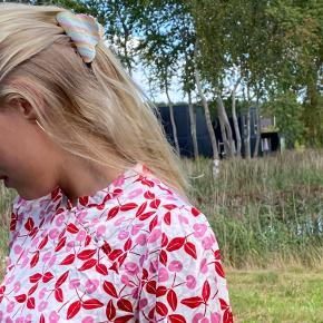Smukkeste a-formede kjole med flotteste lukning i halsen 🌸 mønsteret er kirsebær   OBS kjolen er ikke fra Hosbjerg med et andet dansk mærke, Resume, som minder meget om!