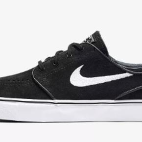 Jeg sælger mine Nike SB i sort, da de er for store og jeg derfor ikke for dem brugt. Skoen er brugt én gang og er derfor i rigtig fin stan.