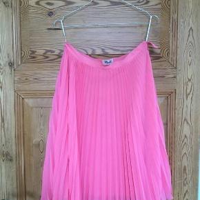 Sælger denne flotte nederdel da jeg ikke kan passe den desværre! Aldrig brugt.