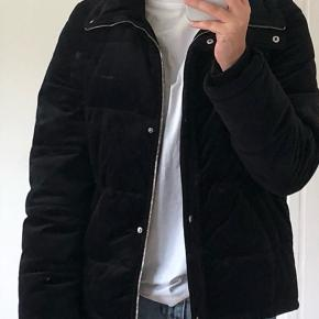 Fin velour jakke fra vero moda. Den kan sagtens fungerer som efterårs/vinterjakke. Den har ingen tegn på brug:)
