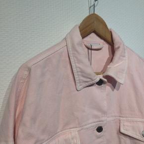 Rosa jakke i denimkvalitet. Er dejlig blød og bevægelig, fittet er oversize. Helt ny med prismærke, er desværre købt for lille