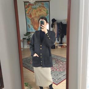 Vintage grå cardigan i uld. God kvalitet og dejlig varm.