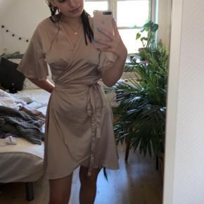 Helt ny og vildt smuk BYIC kjole❤️ Sælges da jeg desværre ikke er tilfreds med måden den sidder på mig:( Jeg købte kjolen for 599kr og den er helt ny og har stadig prismærke i:)