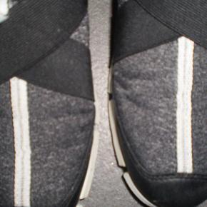 Varetype: sneakers Farve: Se billeder Oprindelig købspris: 650 kr.  Meget lækre Sneakers, super behaglige at have på. Skal bare have solgt lidt ud af min skosamling :)  Brugt få gange  Str 37  Indvendig længde ca. 24
