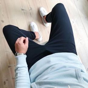 Helt nye og ubrugte bukser fra WEARECPH. De er i str 32  Sælges da jeg mere er til jeans  Nypris fremgår af prismærket : 500.-    Fragt betales af køber.