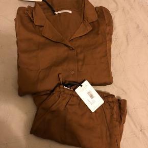 OBS! Langærmet overdel og shorts. Smukt og eksklusivt loungewear/nattøj fra mærket underprotection. Sættet er i str. m og aldrig brugt, kun prøvet på. Kan sagtens passes af en str.s, som ønsker det mere løst - så passes af en s/m. Overdelen kan også bruges som almindelig skjorte. Nypris for sættet er 1300 kr. Sælges kun samlet.