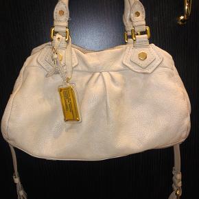 Flot beige taske sælges.  Der følger en ekstra lang rem på.  Fejler ingenting :)