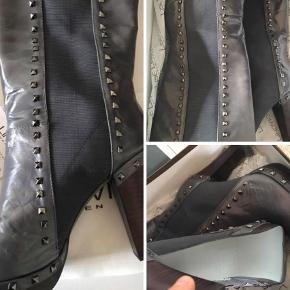 Varetype: Støvler Størrelse: 42 Farve: Grå  Højhælede læderstøvler med nitter. Rå og feminine