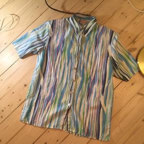 Vintageskjorte i silke med funky 90'er farver og små skulderpuder. Er str. 38, men giver et oversize look 🐠