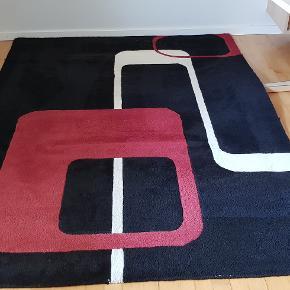 Tæppe fra Kilroy Collection.  Mærker fra bord i tæppet - ved ikke om de kan fjernes. Har prøvet at tage billeder tæt på, så stand kan bedømmes.  Den lyse del trænger til vask/rens - har ikke selv gjort noget.  Se også min annonce med tæppe i str. ca .145 x 200 cm.  Ved køb af begge gives rabat