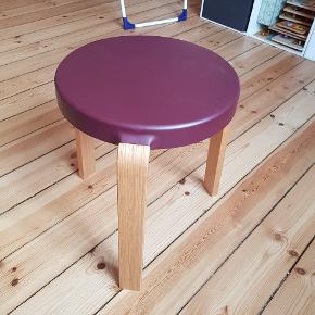 Fineste skammel fra Normann cph. Ingen ridser i sædet som er i et lækkert blødt materiale. H: 44. Diameter: 35