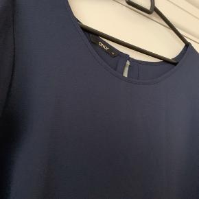 Mørkeblå top/t-shirt. Du er altid velkommen til at prøve inden et evt. køb
