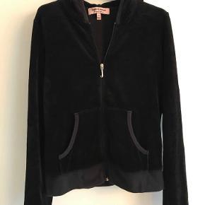 Hættetrøje, Juicy Couture, str. 36, Næsten som ny  Juicy Couture velour trøje  Står M i den, vil sige det er en lille M )Brugt meget lidt. Nypris 1400.- Porto 38 kr.