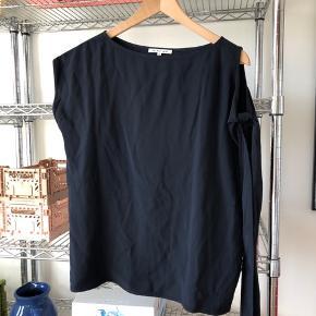 Helmut Lang mørkeblå bluse, med kort ærme på højre arm, og bindebånd på venstre arm.  Materiale: 54% viskose, 46% acetat  Foret med 100% silke