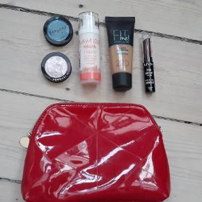 Samlet makeup pakke består af: - 2 x sephora øjenskygger - primer fra Berry M¨ - fit me foundation, i farven 220 - NYX læbestift - Rød makeup pung  det er brugt 1-2 gange, fremstår flot det sælges samlet for 65kr det kan sendes med DAO for 38kr
