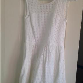 Varetype: Midi Farve: Hvid Oprindelig købspris: 1199 kr. Prisen angivet er inklusiv forsendelse.  Virkelig sød kjole brugt få gange