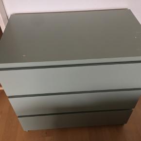 Ikea MALM Kommode 3 skuffer. Limegrøn farve.  HxBxD: 78x80x48 cm. Indvendig skuffer BxD: 72x43 cm. Små brugsridser men fuld ud funktionel og ren.   Butikspris 499 kr. Sælges 249 kr.