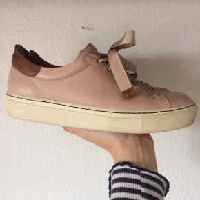 By Malene Birger - sneakers Str. 37 Næsten som ny Farve: lyserød Indvendig sål mål: 24,5 cm Køber betaler Porto!  >ER ÅBEN FOR BUD<  •Se også mine andre annoncer•  BYTTER IKKE!