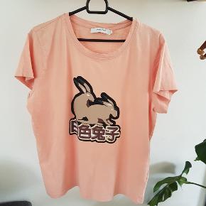 Fin bomuld t-shirts fra Munthe,  fejler intet.  100 % bomuld   BYTTER IKKE  !!!  Prisen er 75 kr  Handler mobil pay