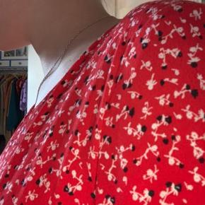 Virkelig sød rød kjole. Er både pæn når den er stramtsiddende samt lidt løsere. For reference er jeg 164 cm høj. Skriv gerne, hvis der er spørgsmål omkring produktet:)