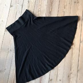 Superfin højtaljet strik nederdel i lækker Rodier kvalitet. Passer en str 36 og 38