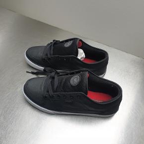Globe TB skatersko med fint rødt for. Aldrig brugt, stadig i den originale æske. Brandstørrelsen er 43, men skoene er lidt små i det, så de passer bedre til en str. 42 1/2.