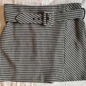 Flot ternet miniskirt fra Mango i en fin kvalitet. Kan også sagtens passes af en str. S.