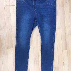 Stadig fin i farven. Stretch jeans med lommer bagpå.
