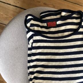Jeg plejer godt at kunne passe Mads Nørgaard trøjer, men købte den her af en herinde og den er desværre for lille. Så vil sige den fitter mindre end normalt :) den er hvis og mørkeblå. Kan afhentes på Nørrebro .
