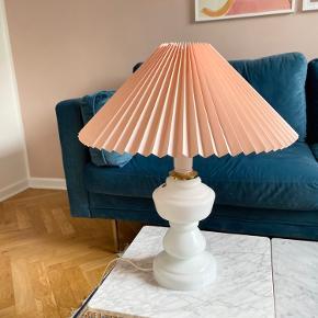 Lyserød og hvid retro vintage glas bordlampe i Le Klint lignende look med lyserød lampeskærm  Højde på lampe med lampeskærm; 47,5 cm   Lampeskærm 40 cm bred  Diameter på lampefod 14 cm