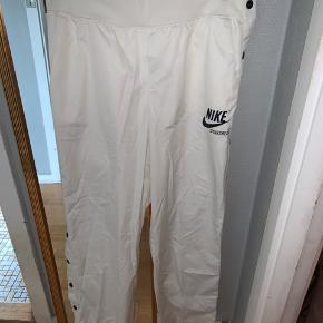 Aldrig brugt Nike sportswear knappe bukser i hvid Str M.