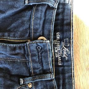 Levis Demi curve Classic. Dejligt højtaljede jeans med stretch.  Strl 28/34