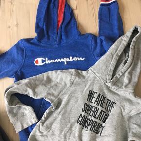 Stor tøjpakke til den 130-140 cm dreng.  Forskellige mærker; yderst velholdt uden pletter eller slid.  Super køb... ialt tøj for mindst kr 2000,- 😆  2 hættetrøjer (Champion, Wesc) 2 t-shirt LS (danefæ) 2t-shirt SS (danefæ, Lego) 1 fleecetrøje (Krymmel) 1 softshell (McKinley) 1 stribet skjorte blå/hvid (H&M) 2 undertrøjer (Katvig, Molo) 1 par shorts (H&M) 2 par jeans (Krymmel)  Sælges KUN samlet  Pris 300 plus porto