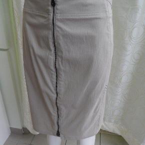 Carla du Nord Nederdel 44, beige/sand klassisk model med lynlås foran, brugt 1-2 gange, stort set som ny. Liv 96 cm, lgd 54 cm